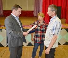 Глава района А.В. Шаклеин  вручил высокую награду семье Гребенкиных В.Ф. и С.В.