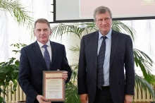 Губернатор вручил диплом победителю XXI областной выставки-конкурса «Вятская книга года – 2018»