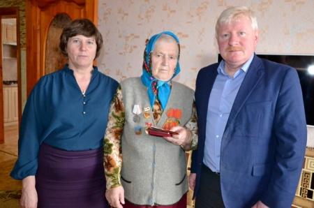 В поселке Уни вручено 58 юбилейных медалей